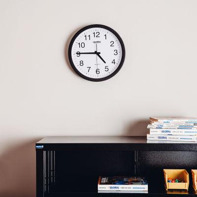 "Global Industrial™ Black Wall Clock 12"" - Plastique"